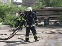 В Запорожье загорелся склад, на котором хранились мешки с селитрой (Фото)