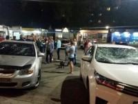Обнаженный мужчина разбил два авто, прыгая по ним (Видео)