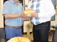 Главе Запорожской области вручили хлеб