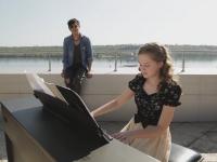 Фронтмент «Pianoбой» спел на крыше отеля под аккомпанемент запорожской школьницы (Видео)