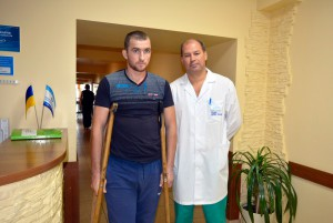 Пациент с лечащим врачом перед выпиской домой