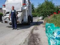 В Запорожье жителям частного сектора раздали мусорные пакеты