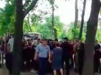 Защитники парка напротив «Украины» заблокировали движение