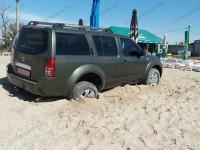 На пляже запорожского курорта нашли брошенный внедорожник