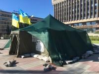 У пикетчиков, собирающих подписи за отставку Порошенко, закончилось разрешение на палатку под ОГА