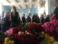 Горы роз и детские игрушки: сотни горожан прощаются с запорожанкой, погибшей с дочкой в ДТП на Набережной