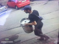 Запорожец украл пивную кегу возле магазина в центре города