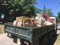 В Запорожье водитель грузовика растерял по плотине ДнепроГЭС кирпичи