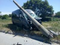 В Запорожье маршрутка сбила пешехода и снесла бетонный столб