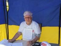 Запорожский пенсионер голодует под стенами обладминистрации из-за долга за отопление