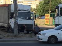 В спальном районе Запорожья грузовик застрял в песке