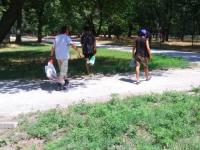 Бригада бездомных очищает от амброзии центральный парк Запорожья