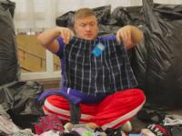 Миллионер родом из Запорожья, оставшись без денег, сортировал белье в магазине секонд-хенда (Видео)