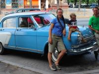 В Запорожье остановилась семья путешественников, которая едет на ретроавто в Малайзию