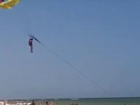 В Кирилловке отдыхающую едва не унесло в открытое море вместе с парашютом (Видео)
