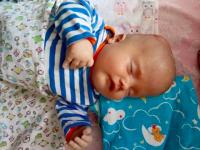 Месячный малыш, брошенный в больнице, нуждается в помощи