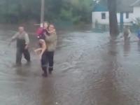 «Вода достигала 70 сантиметров»: из затопленного дома эвакуировали бабушку с внучкой