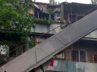 «Ваша проблема»: коммунальщики отказываются помогать запорожанке, чей балкон разрушил упавший тополь
