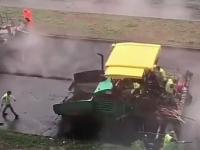В Запорожье новый асфальт укладывают под проливным дождем (Видео)