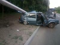В Запорожье на авто с коммунальщиками упал столб: есть пострадавшие