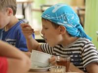 В детском лагере воспитанников кормили в половину меньше нормы