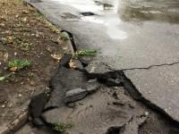 В центре Запорожья после дождя потрескалась доделанная накануне дорога (Фото)