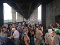 Жители Хортицы парализовали движение в час-пик, перекрыв в знак протеста мост