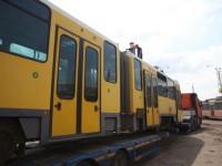 В Запорожье привезли из Европы старые трамвайные вагоны