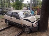 В Запорожье водитель легковушки вылетел на трамвайные пути и врезался в дерево