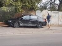 В Запорожье водитель легковушки снес на тротуаре лавочку