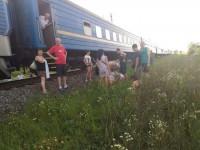 Поезд, который снес легковушку, никак не доедет до Бердянска