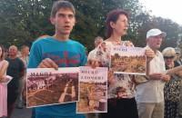 «Буряк, выходи!»: под стенами горсовета защитники парка требуют встречи с мэром