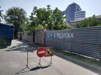 В Запорожье участок нового асфальта перепахали, чтобы устранить течь из старой трубы