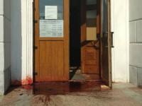 В Бердянске неспокойно: АТОшники облили вход мэрии красной краской и направились к управлению полиции