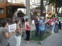 Защитники сквера Яланского пришли к офису Кальцева (Видео)