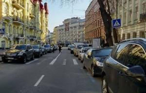 parkovka-v-Kieve-mashinyi-Kiev-doroga-doma-ulitsa