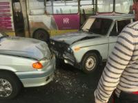 На мосту Преображенского маршрутка, объезжая аварию, угодила в яму – пассажиры вынуждены добираться пешком