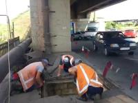На участке моста Преображенского чинят сквозную яму, в которой застряла маршрутка