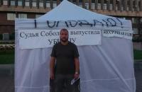 Запорожец, пострадавший от рук сына экс-депутата голодает под Запорожской ОГА