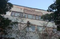 «200 кг цемента с плиткой»: рядом с патрульными обвалилась часть фасада со здания «Запорожэлектротранса»
