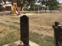 В Запорожской области детскую площадку установили рядом с кладбищем