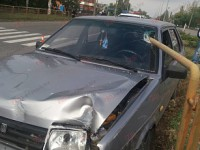 В Запорожской области металлический столб проткнул авто (Фото)