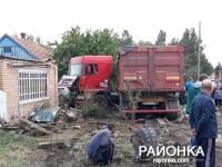 В Запорожской области фура въехала во двор жилого дома