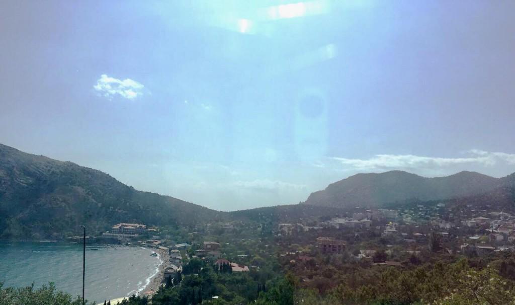 Вид на Новый свет из окна авто сверху