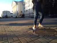 Возле запорожской мэрии в тротуаре образовалась дыра (Фотофакт)