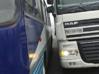 На мосту в Запорожье столкнулись фура и автобус (Фото)