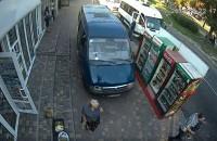 Неуправляемая «ГАЗель» сбила на тротуаре женщину и влетела в столб (Видео)