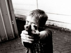 rebenok-s-pistoletom