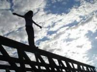 В Запорожье юная девушка спрыгнула с моста