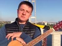 «Всем все равно»: запорожский шоумен зовет спеть песню на недостроенных мостах (Видео)